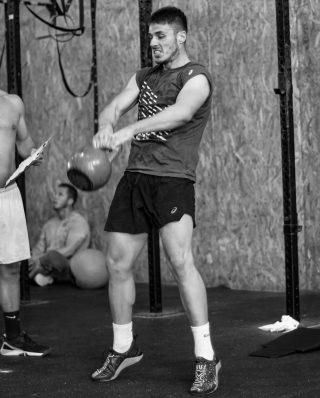 El ejercicio con kettlebell es una excelente manera de ponerse en forma y lograr todos tus objetivos, como la pérdida de peso, el desarrollo muscular y el ejercicio cardiovascular.